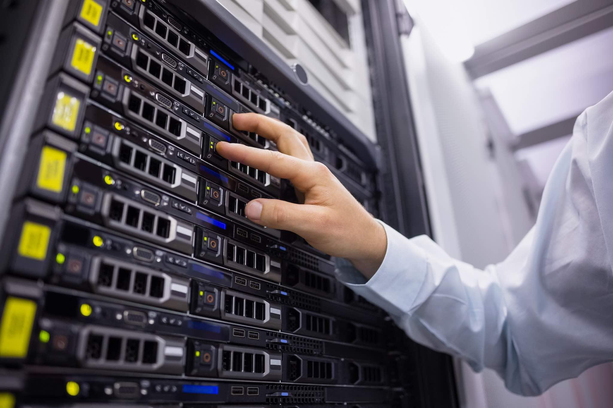 Уеб хостинг услугите са съставени от физически сървъри, които могат да се дават под наем на клиенти, нуждаещи се от компютър, който да захранва техния сайт.